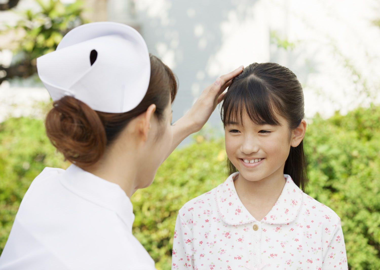 女の子と看護師