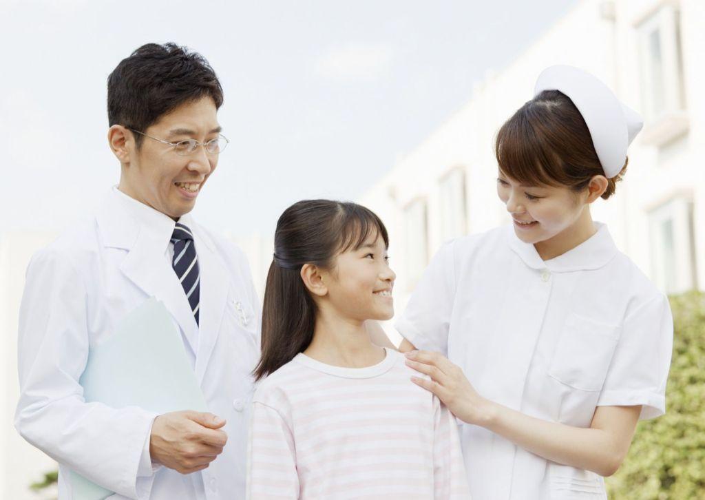 子供と医者と看護師