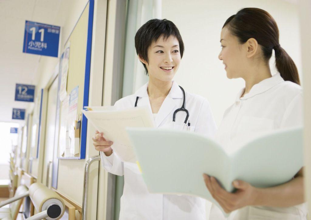 会話をする看護師