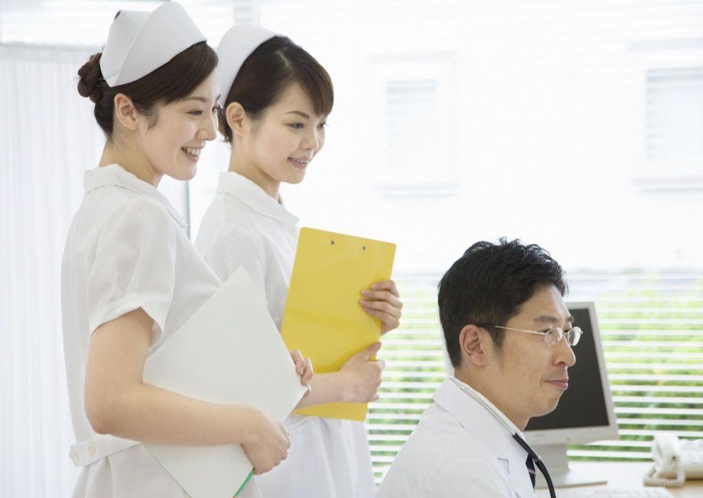 医者と笑顔の看護師