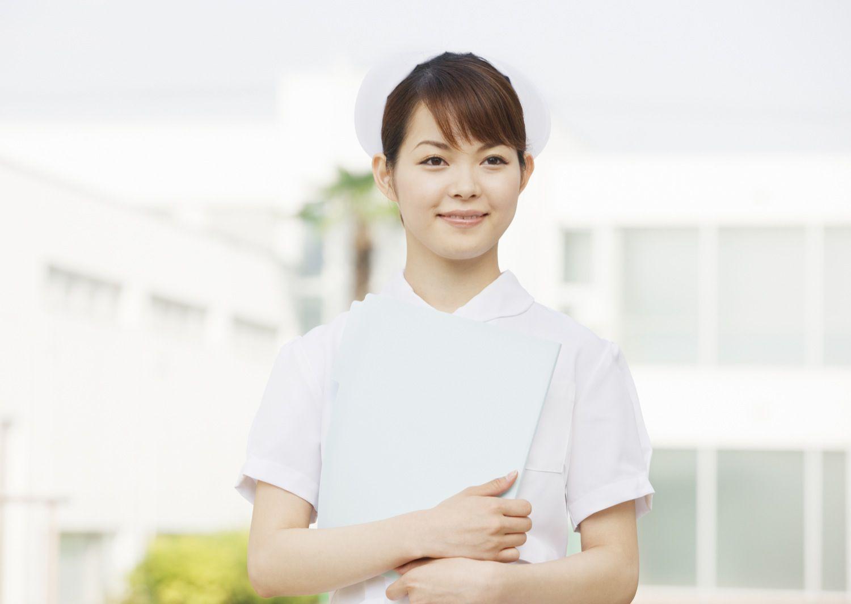 微笑する看護師