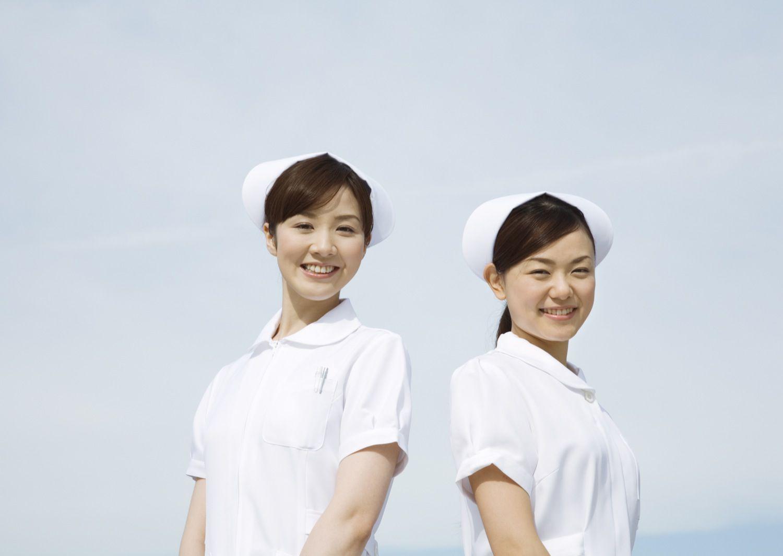 笑顔の看護師2人