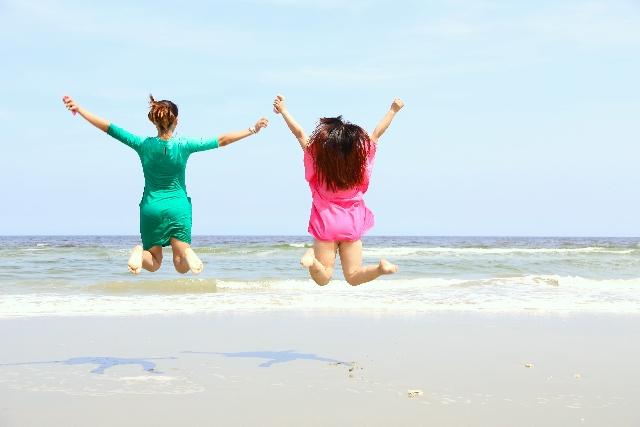 海でジャンプする女性