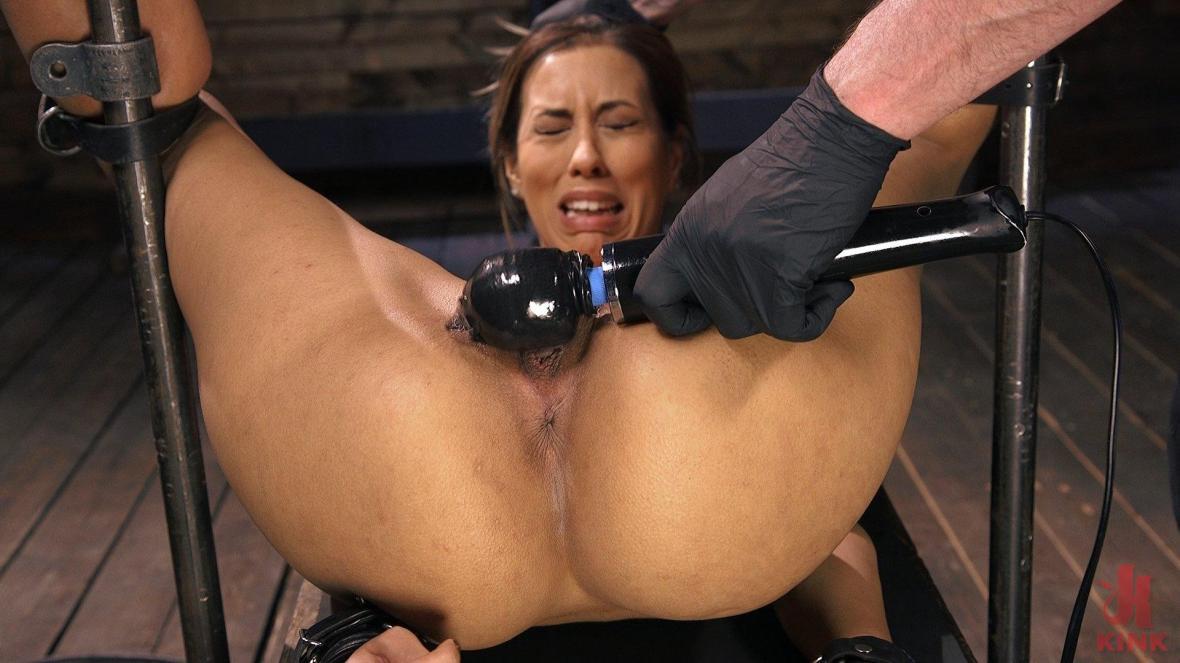 丰满的拉丁妓女在痛苦的束缚中折磨 - 鞭刑