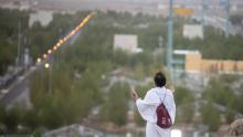حجاج بيت الله يقفون على صعيد عرفات اليوم