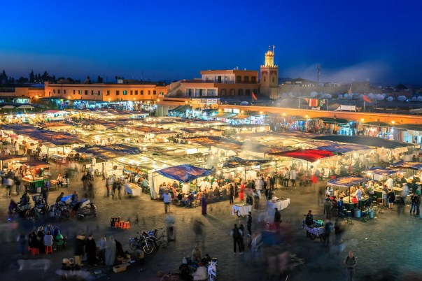 Marraquexe e sua famosa praça central Djemma El-Fna.