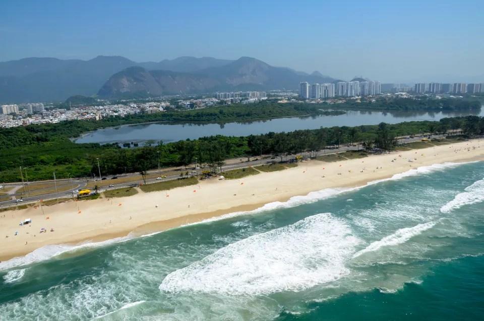 Vista aérea da Praia da Reserva, uma das praias com Bandeira Azul no Rio de Janeiro