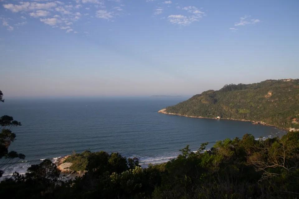 Vista do alto da Praia da Conceição, em Bombinhas.