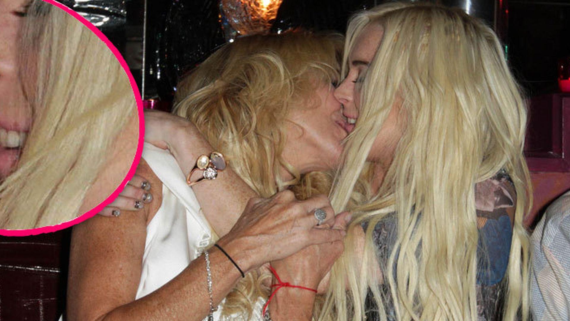 Lindsay Lohan Heier Zungenkuss mit ihrer Mutti  Promiflashde