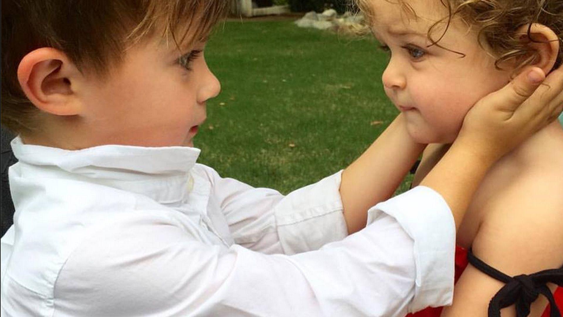 Herzige Geschwisterliebe So s sind Alyssa Milanos Kids