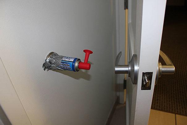 Taures signāls pie sienas durvju roktura augstumā.