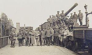 Attēlā: Igaunijas armijas bruņuvilciens Cēsīs 1919. gada 6. jūnijā. Pie tā sapulcējušies Ziemeļlatvijas brigādes un Igaunijas armijas virsnieki.