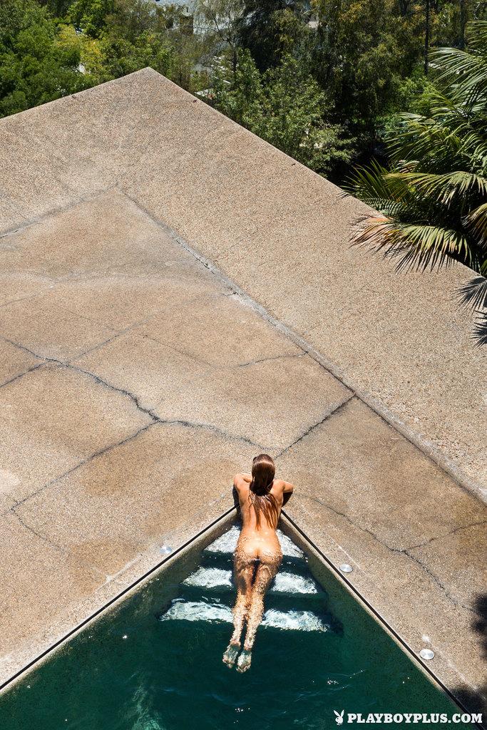 P gina 140 de 366 gia marie posa desnuda en la piscina for Desnudas en la piscina