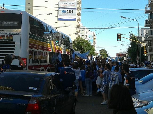 Chegada do ônibus com os jogadores da Academia a Avellaneda: festa na rua