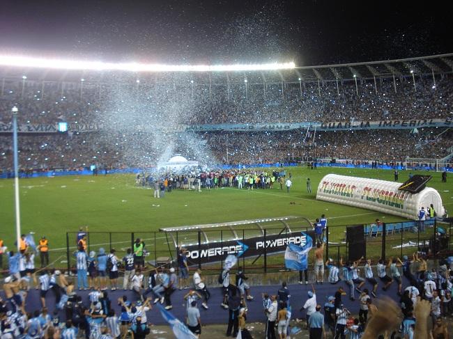Jogadores do Racing fazem a festa no pódio após a conquista do título argentino de 2014