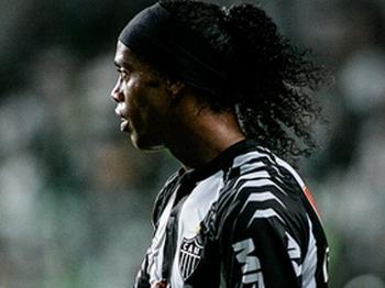Ronaldinho Gaúcho faz golaço, mas Atlético-MG só empata clássico