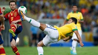 Hulk domina a bola sob a vista de Mata