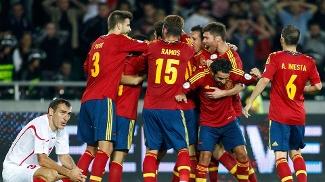 Espanhóis comemoram gol no fim na estreia das eliminatórias contra a Geórgia