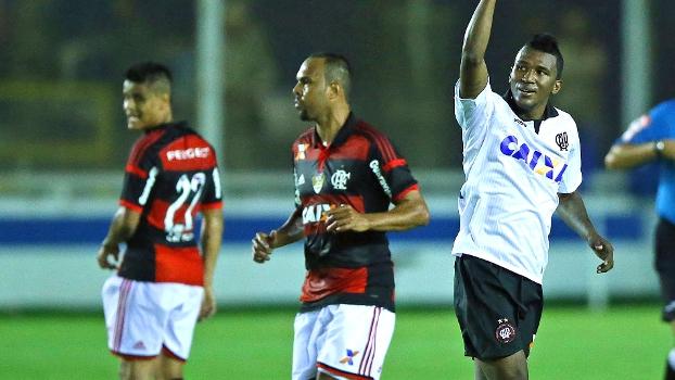 Douglas Coutinho, do Atlético-PR, comemora gol marcado sobre o Flamengo, em Macaé