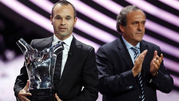 Andrés Iniesta recebeu de Michel Platini o prêmio de melhor jogador da Europa