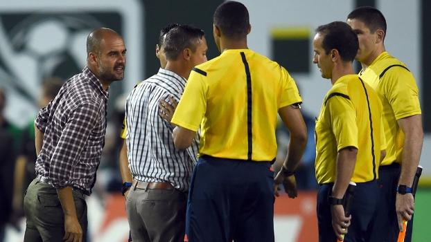 Josep Guardiola se recusou a cumprimentar Caleb Porter (costas) e reclamou com a arbitragem