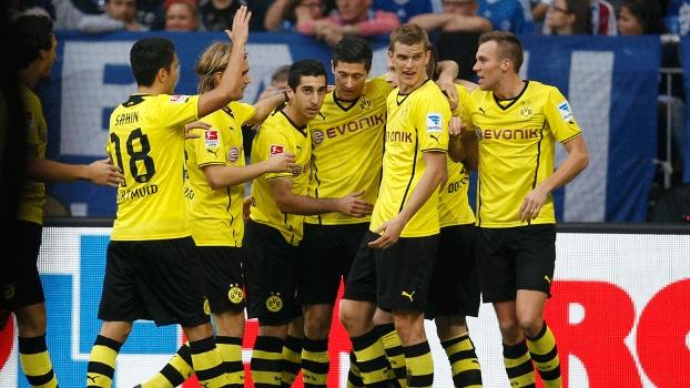 Jogadores do Borussia comemoram gol contra o Schalke 04