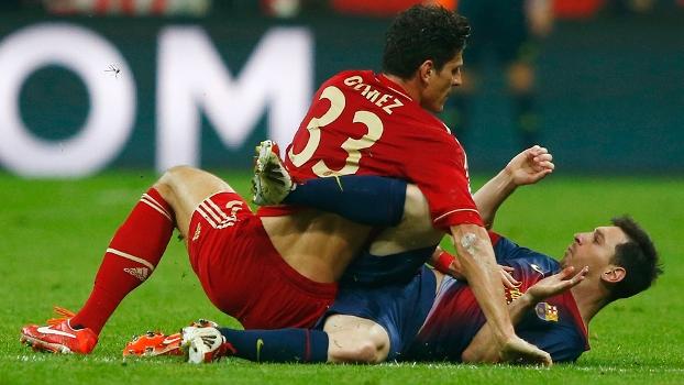 Gomez se enrosca com Messi: Bayern e Barcelona decidirão o segundo finalista da Champions League