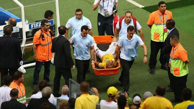 Público observa apreensivo a retirada de Neymar de campo