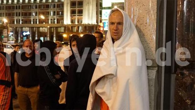 Robben deixou hotel do Bayern em Moscou enrolado em lençol após ameaça de incêndio