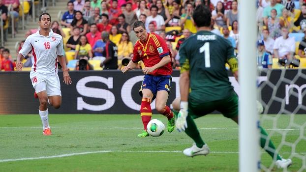 Fernando Torres prepara chute para abrir o placar entre Espanha e Taiti