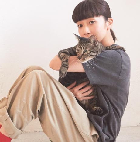 持田香織、愛猫リヴァイとの2ショット披露 出会いのきっかけや家庭での様子も紹介   ORICON NEWS