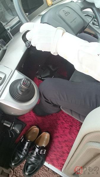 靴下で運転する海部観光の運転士(画像:海部観光)。