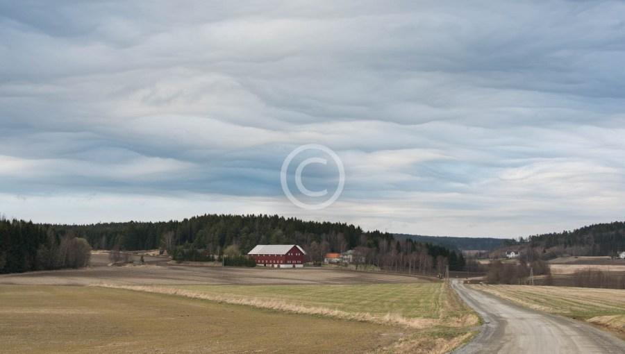 Totorp i Berg med skyformasjoner på himmelen