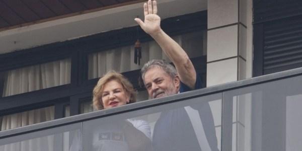 12.nov.2011 - Lula e Marisa na sacada do apartamento em São Bernardo do Campo