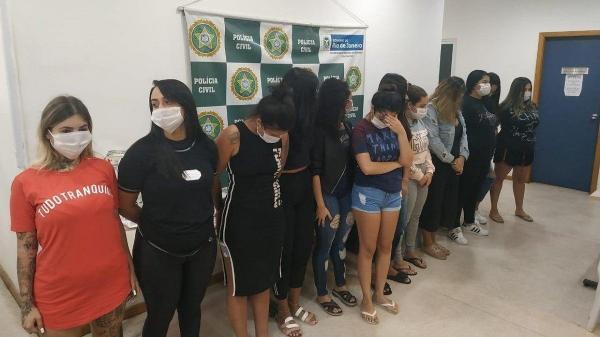 Isadora, de shorts jeans, foi presa hoje com 11 outras mulheres - Divulgação/Polícia Civil - Divulgação/Polícia Civil