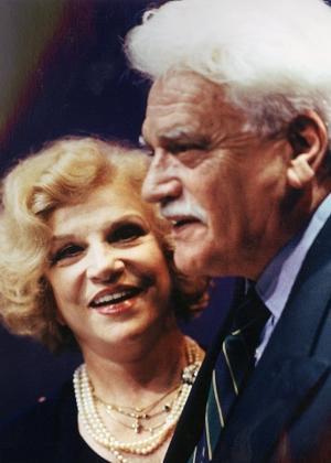 """Em foto de 1999, Tônia Carrero e Walmor Chagas em cena da peça """"Um Equilíbrio Delicado"""""""