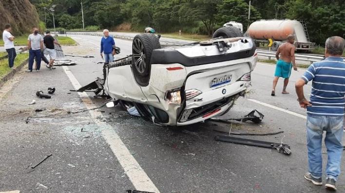 BMW X1 bateu em poste em rodovia da Região Serrana do Rio há 1 mês durante disputa de racha - Reprodução