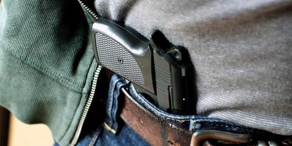 revolver em calca masculina 1533653537703 v2 615x300 - 90 NOVAS ARMAS POR DIA NO BRASIL: registro cresceu mais de dez vezes desde Estatuto do Desarmamento