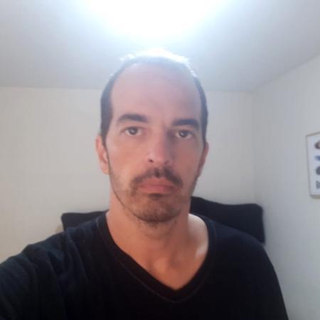 Marlucio Pinho, de 40 anos, está em um apartamento de quarto e banheiro, com cerca de 10 m² - Arquivo Pessoal