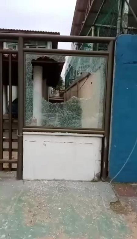 The lawyer showed broken glass at Agnaldo Timóteo's house - Sidnei Lobo Pedroso - Sidnei Lobo Pedroso