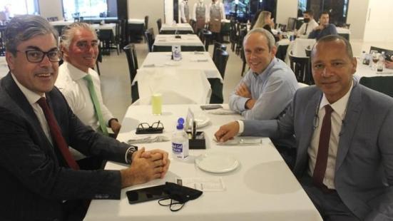 """Pai de Neymar (à dir.) esteve em churrascaria em que Jair Bolsonaro falou sobre leite condensado: """"Vai pra p... que pariu"""" - Divulgação"""