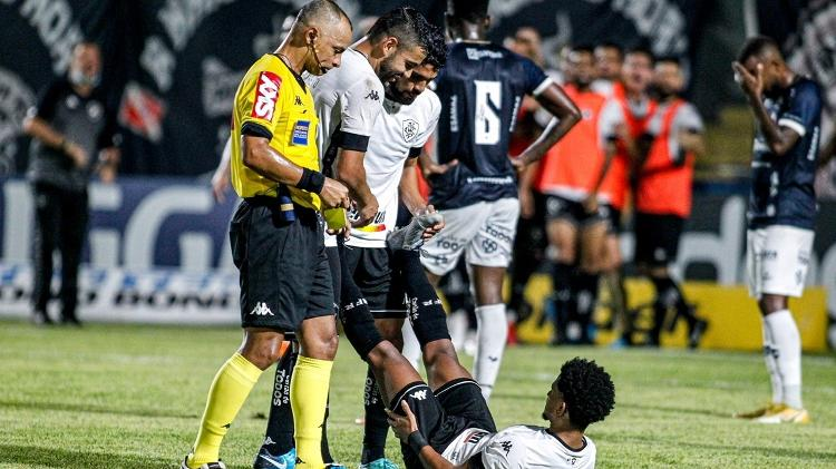 Warley receives assistance after scoring Botafogo's goal against Remo, for the Brazilian Series B - Fernando Torres/AGIF - Fernando Torres/AGIF