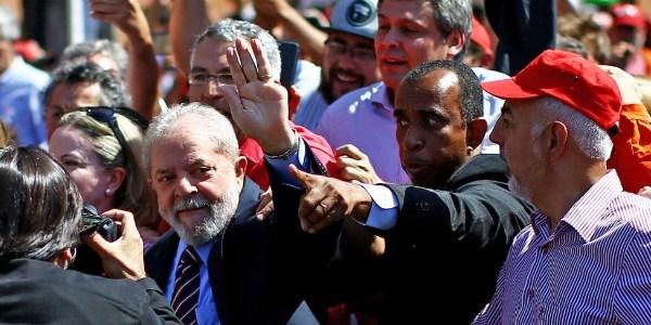 Lula durante chegada ao prédio da Justiça Federal, onde prestou depoimento