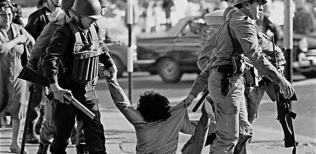 manifestante e arrastado por militares durante protesto durante a ditadura militar argentina em 30 de marco de 1982 1541101202562 615x300 - Na Argentina, rejeição ao período militar impediria eleição de defensor da ditadura