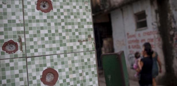 5jun2017  no complexo de favelas da mare na zona norte do rio de janeiro e comum encontrar marcas de tiros nas casas 1496960782806 615x300 - 'Bunkers caseiros': moradores das favelas mais violentas do Rio fortificam casas contra tiroteios