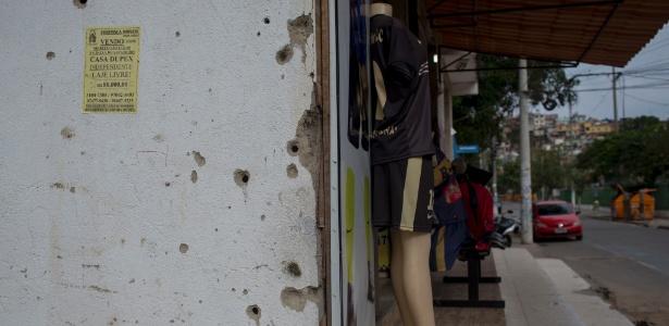 5jun2017   no complexo de favelas da mare na zona norte do rio de janeiro e comum encontrar fachadas de casas crivadas de balas 1496964702738 615x300 - 'Bunkers caseiros': moradores das favelas mais violentas do Rio fortificam casas contra tiroteios