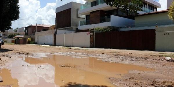 Rua Max Zagel, a principal da praia de Camboinha, em Cabedelo (PB), não tem calçamento