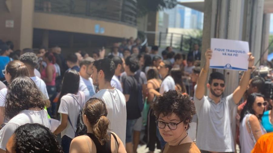 3nov2019   estudantes se aglomeram em frente a universidade em sao paulo um dos locais de prova do enem 2019 1572808099263 v2 900x506 - Mais de 4 milhões de estudantes fazem 2º dia do Enem neste domingo