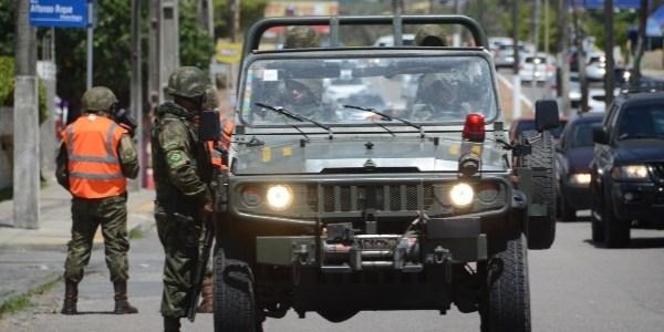 Exército em patrulhamento no bairro de Ponta Negra, em Natal, no começo do ano