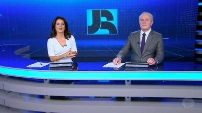 """Adriana Araújo e Celso Freitas no """"Jornal da Record"""". Hoje em novo horário  - Adriana Araújo e Celso Freitas no Jornal da Record (Reprodução/Record TV)"""